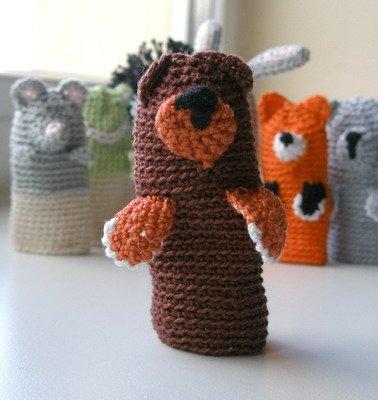Вязаный игрушечный медведь на палец