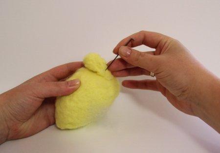 приваливаем свободной шерстью лапки к заготовке туловища
