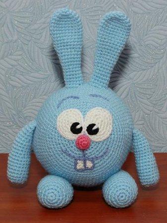 Синий игрушечный зайчик