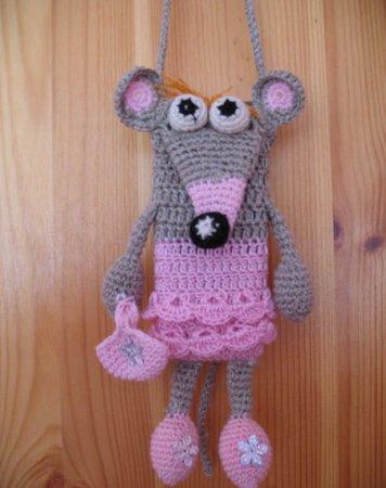 """Мышка-чехол для мобильного телефона получается как на фото.  Для украшения можно связать сумочку и украсить  """"тело """"..."""