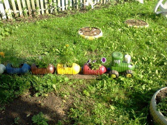 Паровозик из бутылок для сада фото