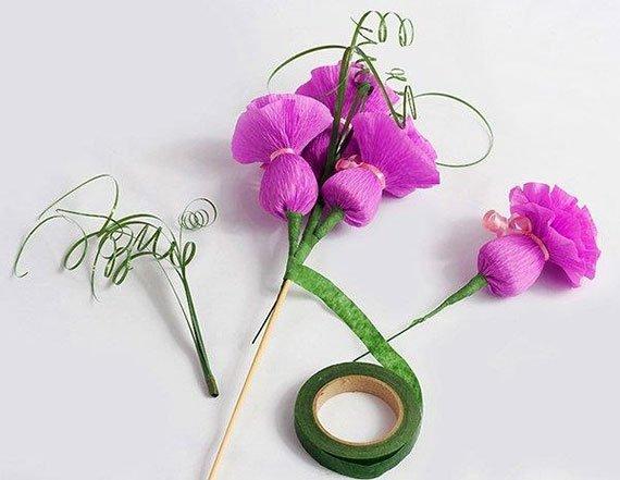 Цветы из крепированной бумаги и конфет