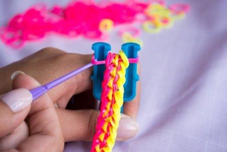 Какие браслеты можно сплести из резинок: на рогатке, станке и на вилке поэтапно
