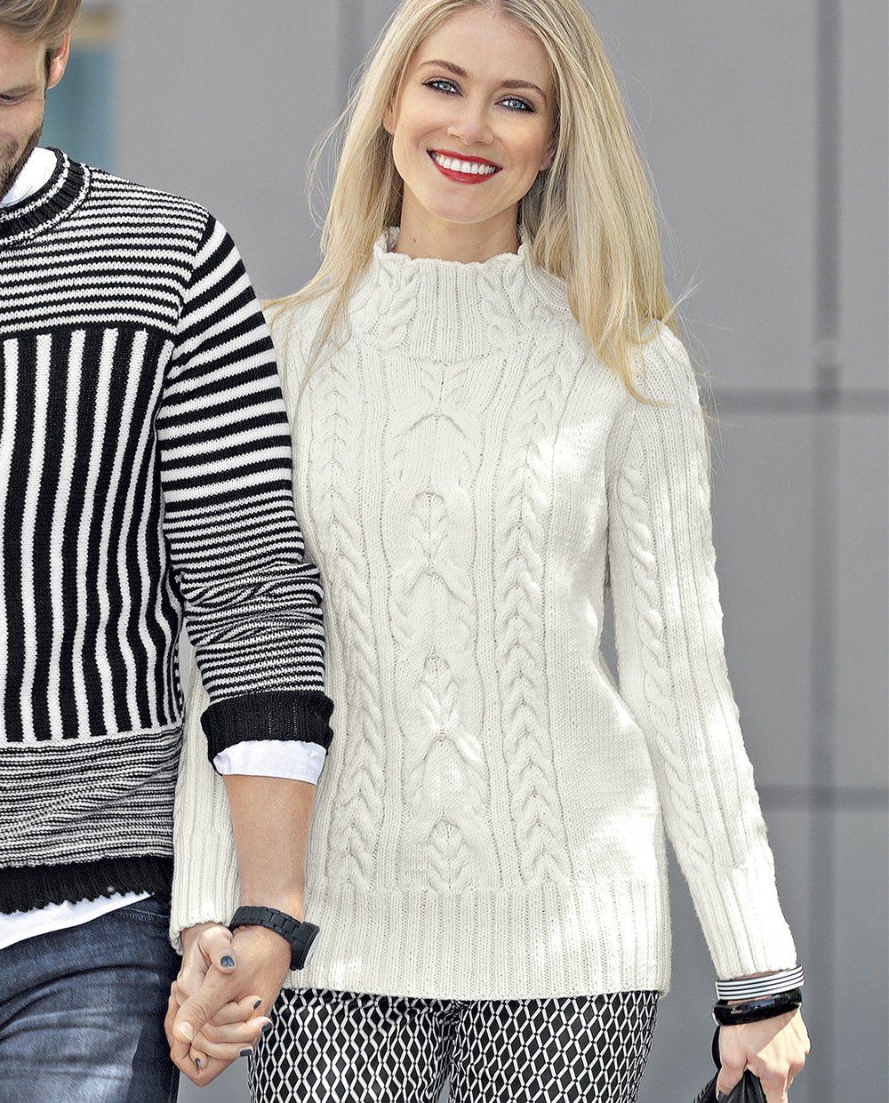 Белый вязаный свитер женский