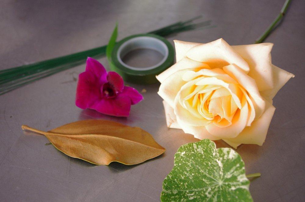Бутоньерка из цветов для же