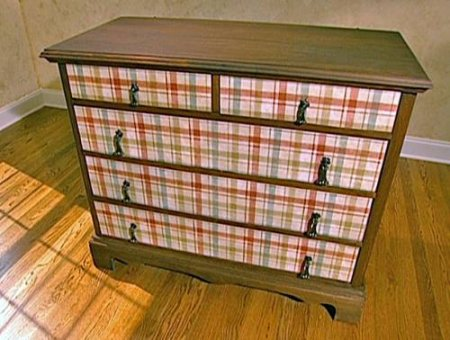 1375205940_2-dekupaj-mebeli-oboyami Декупаж мебели фото до и после.Техника декупажа мастер класс. Декупаж мебели для начинающих, пошагово, салфетками, тканью, обоями, красками, в стиле прованс. Все для декупажа с Алиэкспресс