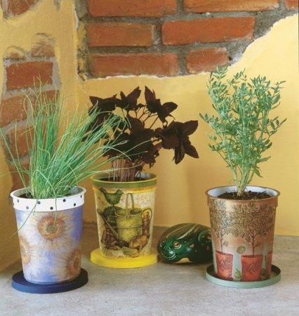 1376913908_dekupazh-cvetochnogo-gorshka-svoimi-rukami Декупаж цветочных горшков своими руками салфетками, работа с глиняными и пластиковыми горшками