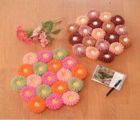Коврик на пол, сделанный из соединенных цветков