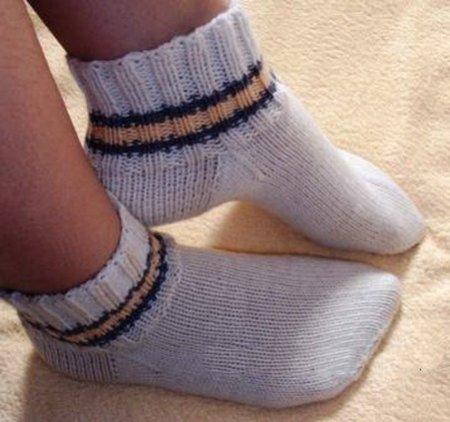 1378478073_001-nosochki-na-5-spicah Как связать носки спицами детям и взрослым? Узоры для носков спицами: схемы