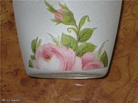 Приклеивание цветочных мотивов на вазу