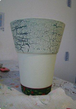 Покрываем нижнюю часть изделия белой акриловой краской