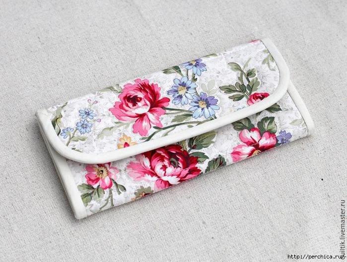 9f078db91943 Сам бумажник имеет центральный карман, предназначенный для купюр и четыре  небольших кармашка для банковских или скидочных карт. Также имеется карман  для ...