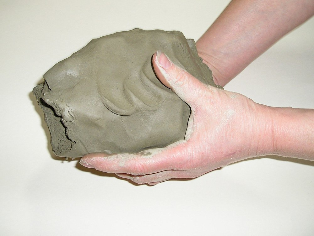 1480018093_3.-takoy-kusok-glinyi-ya-nashla-za-gorodom-na-beregu-vodoyoma Глина для лепки своими руками: скульптурная для лепки украшений