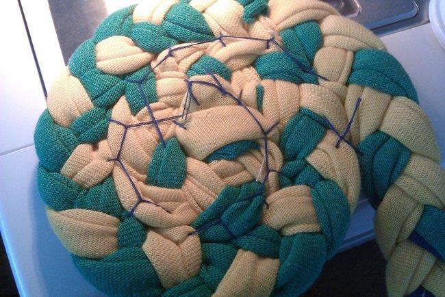 Как пошагово связать коврик крючком и без крючка из старых футболок