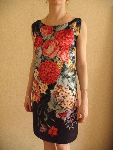771a0a558bc Использование цветочных мотивов и ярких принтов в платьях такого покроя и  модели делают как повседневные
