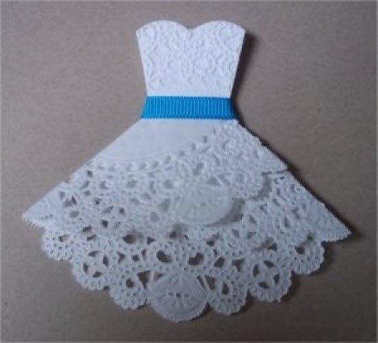 Открытка из ажурной салфетки платье